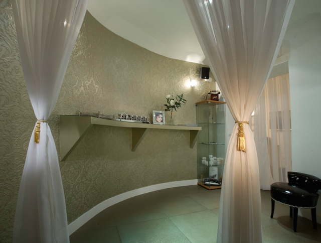 Friendly-Madrid-Le-Petit-Salon
